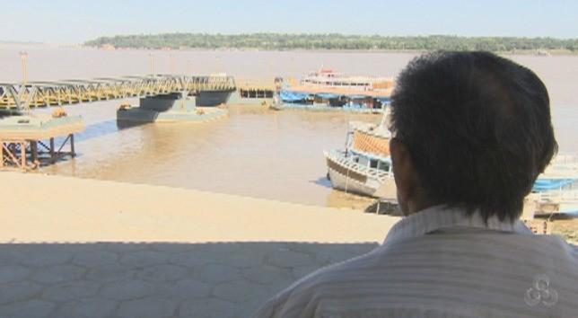 Senhor acompanha a movimentação do porto Cai n'Água (Foto: Bom Dia Amazônia)