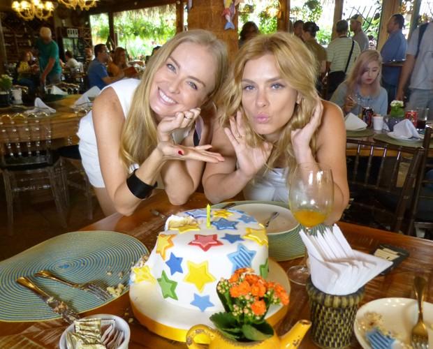 Angélica e Carol Dieckmann posam para foto com o bolo (Foto: Paula Santos / Gshow)