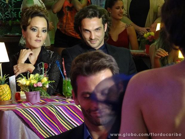 Alberto se diverte com o barraco (Foto: Flor do Caribe / TV Globo)