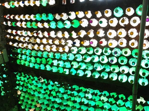 Galeria 1 - Casa construída com garrafas pet e pneus em Campo Grande MS (Foto: Fernando da Mata/G1 MS)