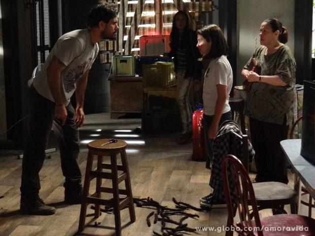 Mais tarde, ele e Alejandra ligam para Paloma para falar sobre Paulinha (Foto: Amor à Vida / TV Globo)