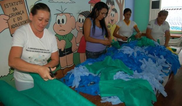 Prefeitura já confecciona acessórios para fortalecer a torcidade Cruzeiro do Sul. (Foto: Dayana Maia/ Assessoria prefeitura)