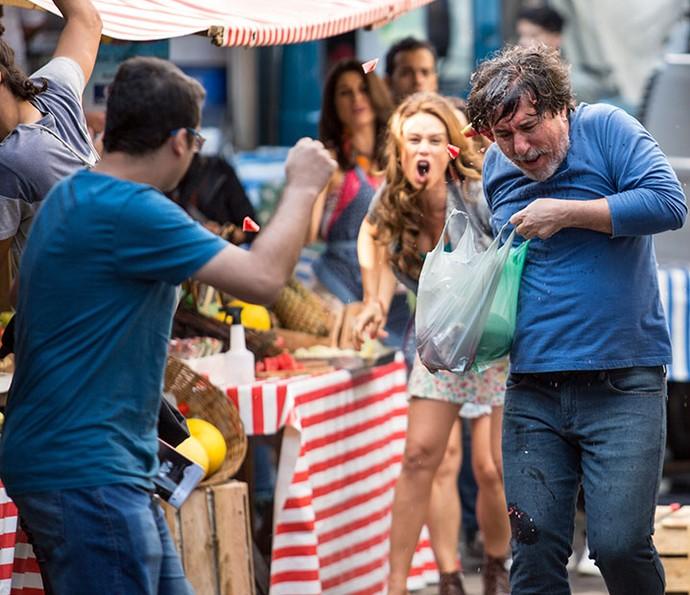 Tancinha arremessa frutas na direção do cliente que a paquerou (Foto: Fabiano Battaglin/Gshow)