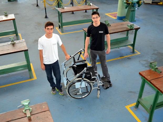 Matheus Poppi e Leonardo Alves criaram dispositivo para cadeira de rodas em Piracicaba (Foto: Leon Botão/G1)