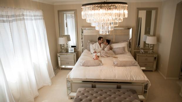 Mayra Cardi e o marido, Greto Guariz, posam em seu quarto (Foto: Luan Assis/Divulgação)