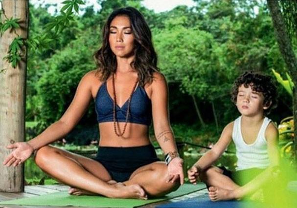 Danni Suzuki e o filho Kauai meditam juntos (Foto: Reprodução/Instagram)