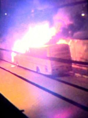 Fogo em ônibus, em Vila Velha (Foto: VC no ESTV)