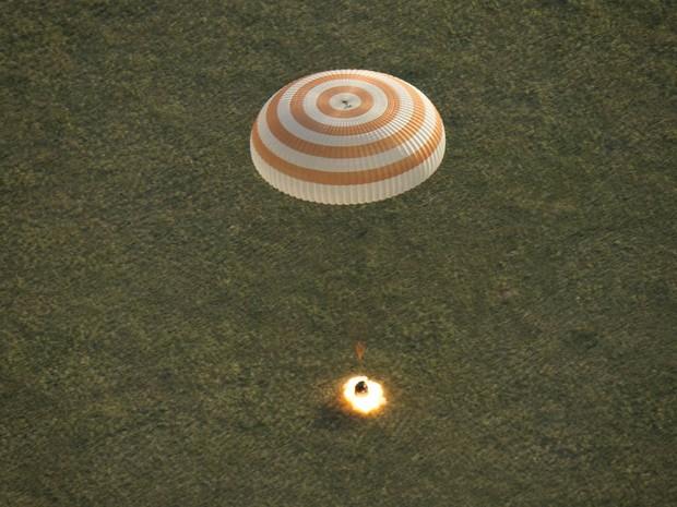 A cápsula Soyuz TMA-15M pousa perto da cidade de Zhezkazgan, no Cazaquistão, com os tripulantes da Estação Espacial Internacional Terry Virts (EUA), Anton Shkaplerov (Rússia) e Samantha Cristoforetti (Itália). Eles cumpriram missão de 199 dias (Foto: Bill Ingalls/Nasa/Reuters)