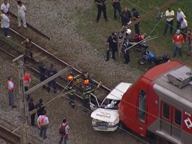 Trem da Linha 8 bateu em carro (Foto: Reprodução/TV Globo)