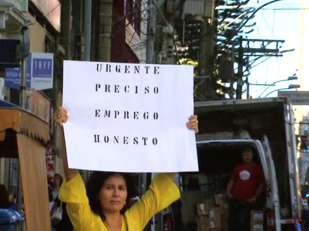 Dulce Nogueira foi para as ruas de Campinas com um cartaz pedindo emprego (Foto: Reprodução / EPTV)