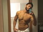 Rodrigo Marim sensualiza enrolado em toalha após banho e exibe tanquinho