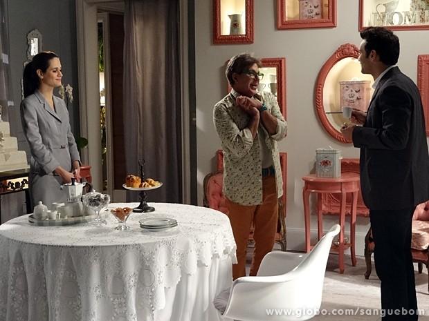 Tio Lili distrai Érico enquanto ele aguarda Verônica (Foto: Sangue Bom/TV Globo)