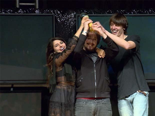 Cantora Duda Black recebe o prêmio do Festival Nacional da Canção de Boa Esperança (Foto: Claudemir Camilo / Reprodução EPTV)