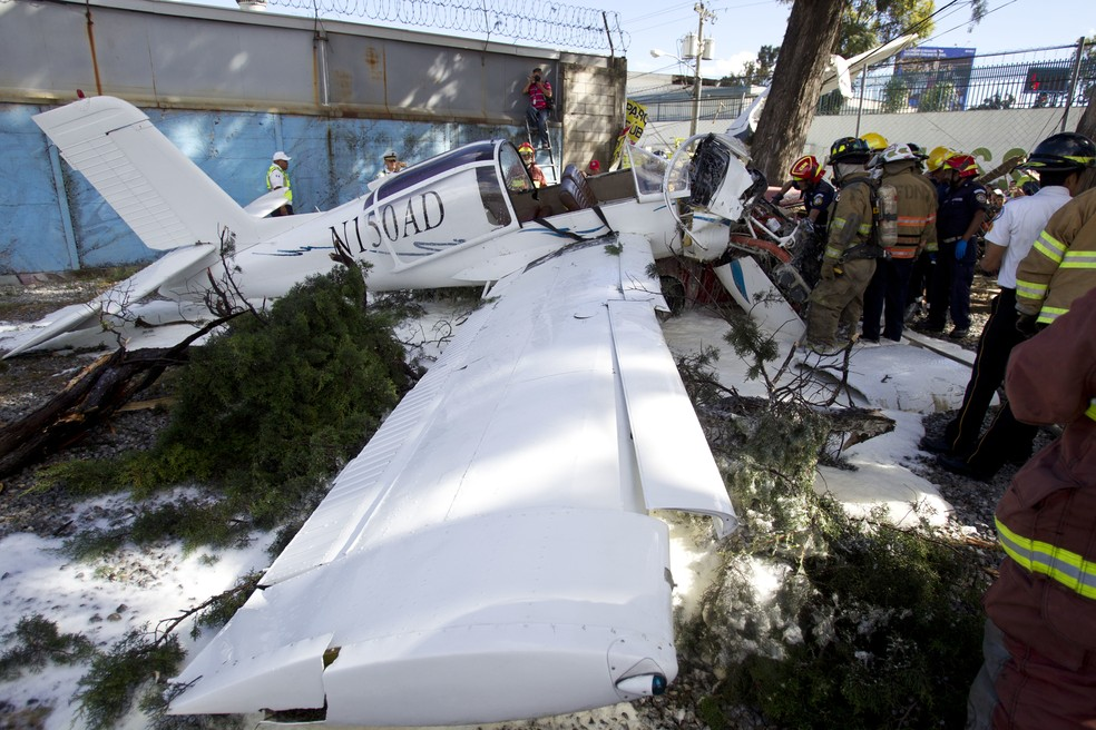 O piloto e dois passageiros ficaram feridos e foram levados ao hospital (Foto: AP Photo/Moises Castillo)