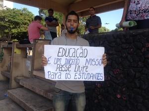 Rafael Moreira paga 4 passagens por dia para ir a Faculdade (Foto: Aline Paiva/G1)
