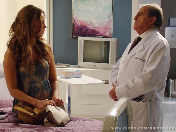 Lutero diz a Paloma que é muito pouco provável que ela consiga ter outro filho (Foto: Amor à Vida / TV Globo)