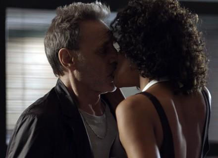 Gordo convida Nanda para jantar e eles se beijam