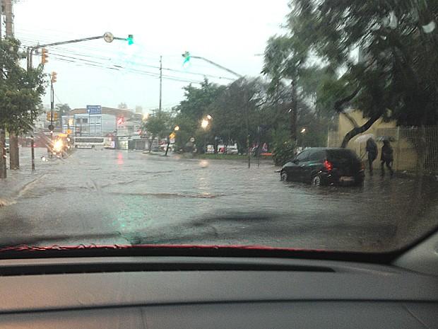 Avenida Princesa Isabel tem pontos de alagamento na capital (Foto: Maria Polo/G1)