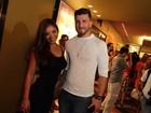 Carol Nakamura e o namorado, Aislan Lottici, vão a pré-estreia no Rio