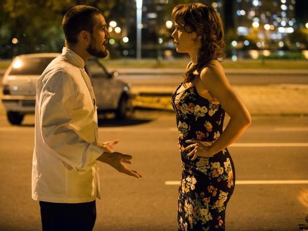 Cris desconfia de que Vicente e Zé possam ser velhos conhecidos (Foto: Raphael Dias / TV Globo)