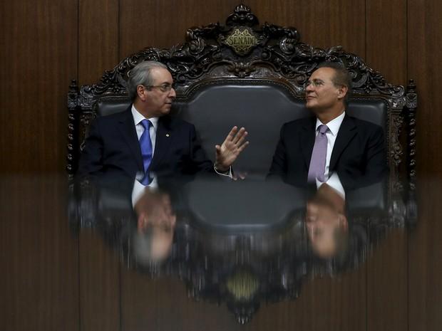 O presidente da Câmara dos Deputados Eduardo Cunha fala com o presidente do Senado, Renan Calheiros, durante uma reunião em Brasília  (Foto: Adriano Machado/Reuters)