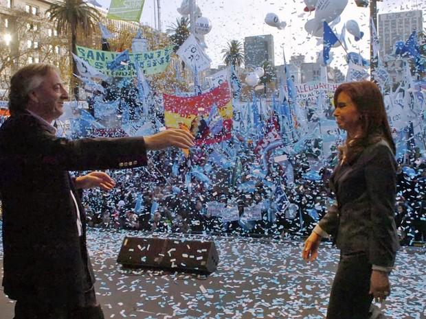 Néstor Kirchner abraça a mulher, Cristina, após o fim das manifestações contra a greve dos agricultores, na Praça de Mayo, em junho de 2008. (Foto: Reuters)