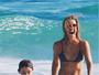 Cristiane Dias mostra corpaço em dia de praia ao lado do filho: 'Alegria'