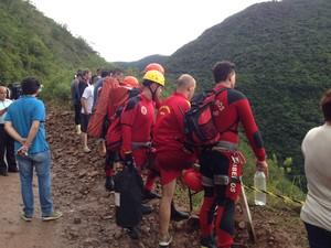 Familiares acompanharam resgate de família que caiu em penhasco (Foto: Marco Antonio Mendes/RBS TV)