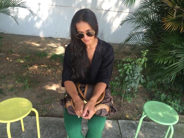 Irmã de Amanda Bueno esteve no IML neste sábado (18) para liberar o corpo da dançarina (Foto: Mariana Cardoso/G1)