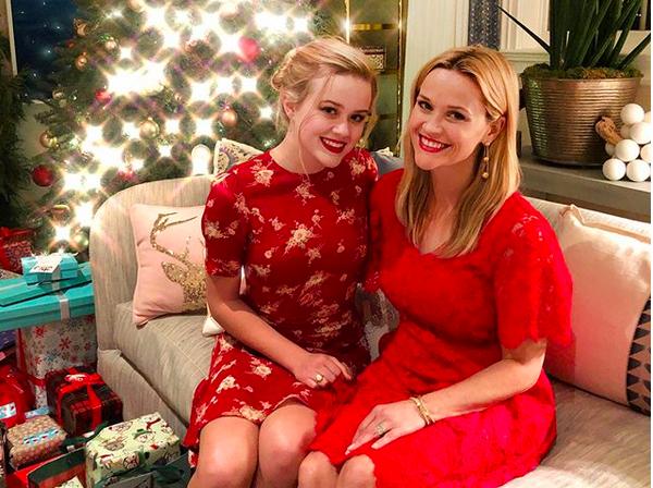 A atriz Reese Whiterspoon celebrando o Natal com sua filha mais velha, fruto de seu casamento com o ator Ryan Phillippe (Foto: Instagram)