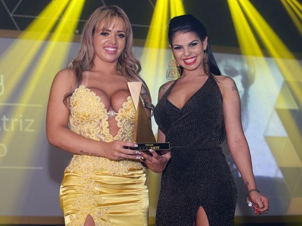 Angel Lima (à esquerda) recebe o troféu de melhor atriz hétero das mãos de Fabiane Thompson no Prêmio Sexy Hot 2015 (Foto: Eduardo Viana/Divulgação)