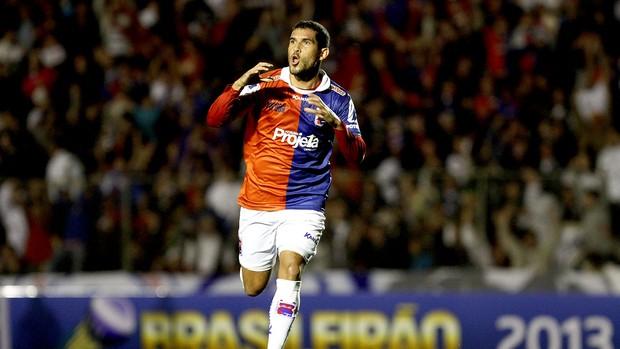Fernando Gabriel comemora gol do Paraná Clube (Foto: Geraldo Bubniak / Agência Estado)