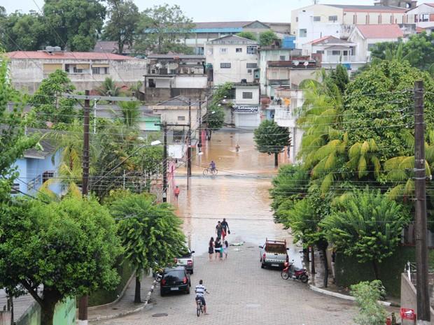 Centro de Juquiá ficou alagado após forte chuva (Foto: Júpter Darwin Furquim/Arquivo Pessoal)