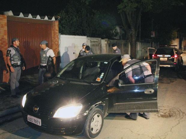 Veículo onde mulher foi encontrada na madrugada deste domingo (21) (Foto: Edison Temoteo/Estadão Conteúdo)