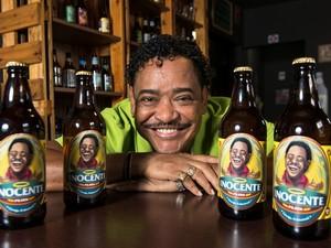 Compadre Washington estampa rótulo de cerveja batizada de Inocente (Foto: João Alvarez/Divulgação)