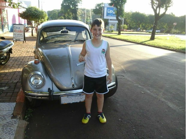 Thiago, de 10 anos, juntou dinheiro durante três anos para comprar seu primeiro carro, em Assis Chateubriand, no Paraná (Foto: Andréia Morales Berce)