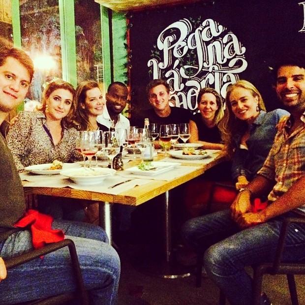Fernanda Souza, Thiaguinho, Luciano Huck e Angélica com amigos em restaurante no Rio (Foto: Instagram/ Reprodução)