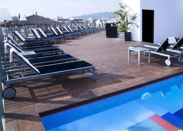 Terraço com piscina do hotel gay Axel, em Barcelona (Foto: Divulgação/Trivago)