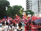 Manifestantes se reúnem em praça contra o impeachment de Dilma