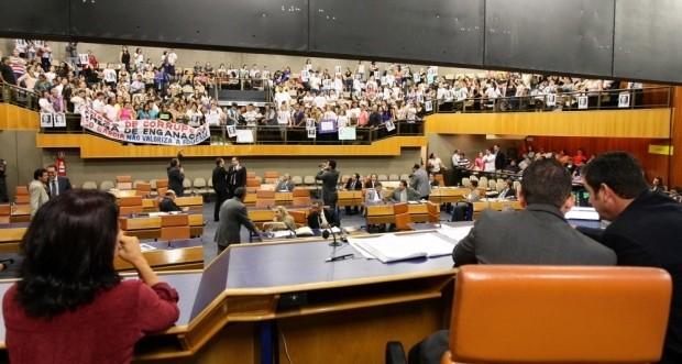 Professores municipais em greve protestam na Câmara de Goiânia (Foto: Zuhair Mohamad/O Popular)