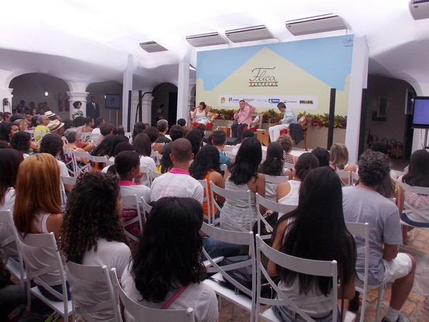Mesa literária teve mediação do escritor e também organizador da Flica, Aurélio Schommer (Foto: Ruan Melo/G1)