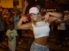 Viviane Araújo samba de barriga de fora em ensaio de rua