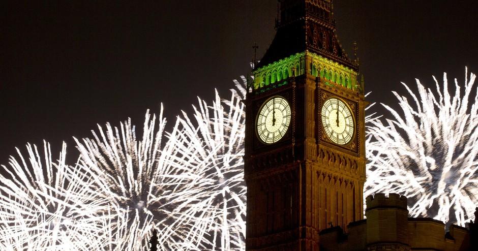 Queima de fogos em Londres, Reino Unido, em frente ao prédio do Parlamento e do Big Ben