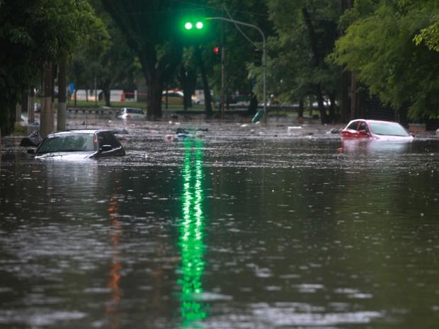 Veículos ilhados em ponto de alagamento causado pela chuva na Rua Ascendino Reis, que dá acesso ao Tribunal de Contas do Município, na região do Parque do Ibirapuera, na zona sul de São Paulo, nesta segunda-feira. (Foto: Evelson de Freitas/Estadão Conteúdo)