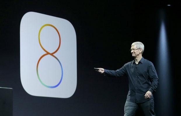 Tim Cook, presidente da Apple, apresenta o novo sistema operacional móvel iOS 8 (Foto: AP)