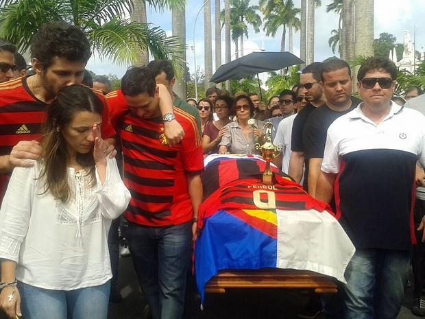 Enterro de Carlos Percol, assessor de Eduardo Campos, no cemitério de Santo Amaro, Recife (Foto: Luna Markman / G1)