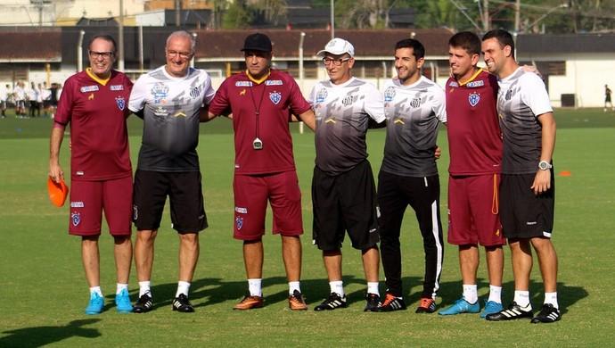 As comissões técnicas de Paysandu e Santos fizeram uma pausa para a foto no CT Rei Pelé (Foto: Jorge Luiz/Ascom Paysandu)