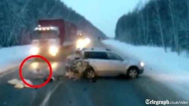 Criança quase foi atropelada por caminhão após acidente na Rússia (Foto: Reprodução)