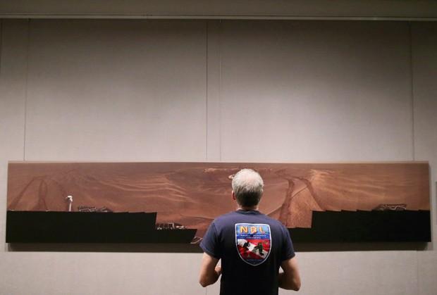 Pesquisador Steve Squyres, que lidera a missão de exploração de Marte, observa a exposição no Smithsonian National Air and Space Museum (Foto:  Chip Somodevilla/Getty Images/AFP)
