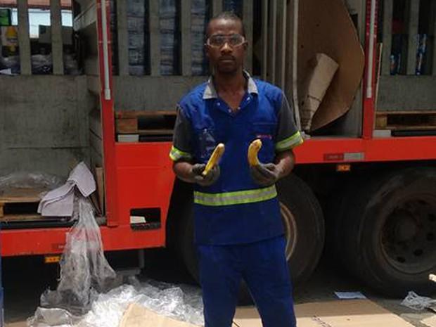 Entregador exibe banana que teria recebido do gerente do bar Garota da Tijuca (Foto: Leonardo Valentim/ Arquivo pessoal)
